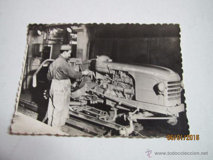 Coches y Motocicletas: Foto Publicitaria Dirección Nacional de las Fabricas RENAULT - Tractores Agricolas LE MANS Año 1950s - Foto 2 - 171957299