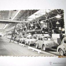 Coches y Motocicletas: FOTO PUBLICITARIA DIRECCIÓN NACIONAL DE LAS FABRICAS RENAULT LINEA MONTAJE 4 CV EN BILLANCOURT 1950S. Lote 53715938