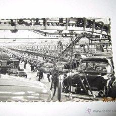 Coches y Motocicletas: FOTO PUBLICITARIA DIRECCIÓN NACIONAL DE LAS FABRICAS RENAULT LINEA ACABADO DAUPHINE EN FLINS - 1950S. Lote 53715957