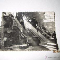 Coches y Motocicletas: FOTO PUBLICITARIA DIRECCIÓN NCNAL DE LAS FABRICAS RENAULT - FORJAS DE BILLANCOURT 1950S. Lote 53938986