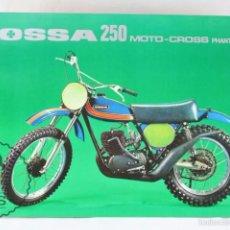 Coches y Motocicletas: LÁMINA MOTO - OSSA 250 MOTO-CROSS PHANTOM - FICHA TÉCNICA. FONDO VERDE - MEDIDAS 29,5 X 21,5 CM. Lote 55327386