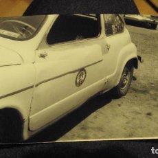 Coches y Motocicletas: FOTO SEAT 600 BLANCO DE LOS AÑOS 60. Lote 182560033