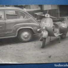 Coches y Motocicletas: SEAT 600 + VESPA O LAMBRETTA PUBLICIDAD JABONES ELENA. FOTOGRAFIA ORIGINAL AÑOS 50. Lote 83750932