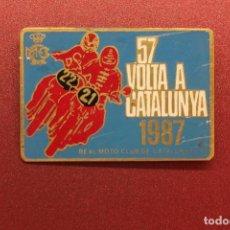 Coches y Motocicletas: 57 VOLTA A CATALUNYA, REAL MOTO CLUB DE CATALUNYA, 1987, 5X3,50 CM., INSIGNIA. Lote 96505031