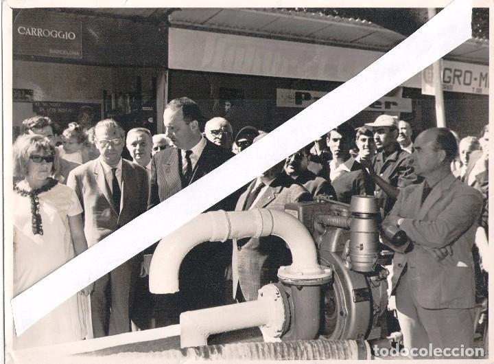 Coches y Motocicletas: 12 FOTOGRAFIAS 18X24 AÑOS 60,FERIAS, MOTORES MATACAS Y ROGELIO PONT, +TARJETA COLOR 18X15 - Foto 8 - 106585863