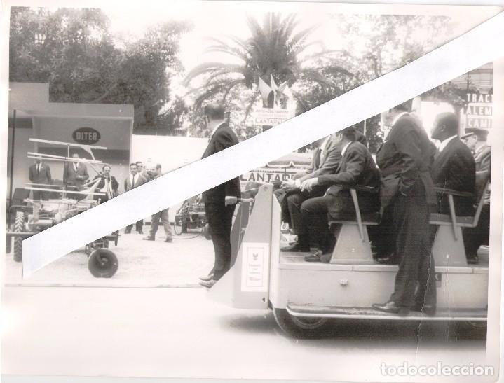 Coches y Motocicletas: 12 FOTOGRAFIAS 18X24 AÑOS 60,FERIAS, MOTORES MATACAS Y ROGELIO PONT, +TARJETA COLOR 18X15 - Foto 11 - 106585863