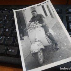 Coches y Motocicletas: FOTOGRAFIA DE CABALLERO Y NIÑO EN VESPA, MATRICULA CORDOBA, TAMAÑO TARJETA POSTAL 14 X 9 CM.. Lote 115393611