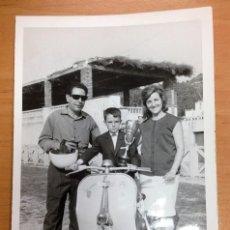 Coches y Motocicletas: FOTOGRAFIA VESPA CAMPEON 20-10-63 CALDES DE MONTBUY MIDE 12 X 18 CMTS. Lote 121593843