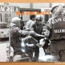 Coches y Motocicletas: FOTOGRAFIA ORIGINAL CONCETRACION VESPA CLUB VALENCIA / VESPA ESCOBA. Lote 121594403