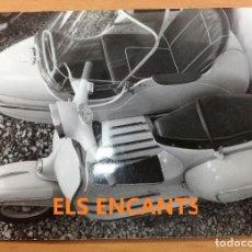 Coches y Motocicletas: FOTOGRAFIA ORIGINAL VESPA CON SIDECAR CONCESIONARIO VESPA GRANOLLERS . Lote 121594595