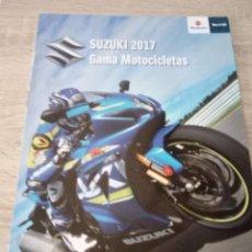 Coches y Motocicletas: FOLLETO DESPLEGABLE QUE SE HACE POSTER SUZUKI 2017 - GAMA MOTOCICLETAS . Lote 123019015