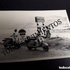 Coches y Motocicletas: FOTO ORIGINAL MOTO VESPA SCOOTER EN RUTA ORENSE. Lote 128415979