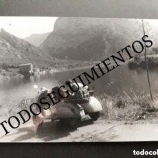 Coches y Motocicletas: FOTO ORIGINAL MOTO VESPA SCOOTER CON SIDECAR EN LEON EN ESPAÑA . Lote 128416371