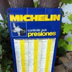 Coches y Motocicletas: CHAPA CARTEL METÁLICO MICHELIN CON PRESIONES DE VEHÍCULOS. BIBENDUM. GASOLINERA.. Lote 130018263