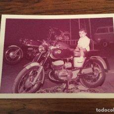 Coches y Motocicletas: FOTOGRAFIA NIÑO MONTADO EN MOTO BULTACO. STAND BULTACO PUBLICITARIO. Lote 143867890