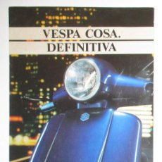 Coches y Motocicletas: VESPA COSA DEFINITIVA. FOLLETO PUBLICITARIO DESPLEGABLE ORIGINAL DE 1993.. Lote 146794758