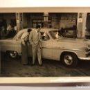 Coches y Motocicletas: COCHES. FORD CUSTOMLINE AÑOS CINCUENTA. FOTOGRAFÍA ORIGINAL (VERANO DE 1954). Lote 148789976