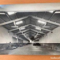 Coches y Motocicletas: FOTO GARAJE BARCELONA AÑOS 50 VESPA SEAT 1400. Lote 155662610