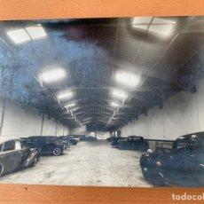 Coches y Motocicletas: FOTO GARAJE BARCELONA AÑOS 50 VESPA SEAT 1400. Lote 155663154