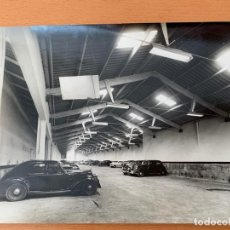 Coches y Motocicletas: FOTO GARAJE BARCELONA AÑOS 50 VESPA SEAT 1400. Lote 155663362