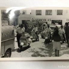 Coches y Motocicletas: FOTOGRAFIA ORIGINAL VESPA DESFILE MAYO GRANOLLERS MIDE 10 X 7.50 CMTS. Lote 155968282