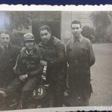 Coches y Motocicletas: FOTOGRAFÍA CORREDORES MOTOS MOTO MONTESA RAPITA O SIMILAR MARCA ESPAÑOLA AÑOS 40 50 S XX. Lote 158489366