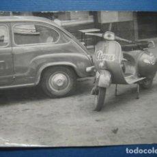 Coches y Motocicletas: SEAT 600 + VESPA O LAMBRETTA PUBLICIDAD JABONES ELENA. FOTOGRAFIA ORIGINAL AÑOS 50. Lote 160823290