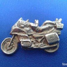 Coches y Motocicletas: PIN MOTEROS PINGÜINOS CONCENTRACION 1993. Lote 163327474