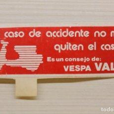 Coches y Motocicletas: PEGATINA VESPA VALL, EN CASO DE ACCIDENTE NO ME QUITEN EL CASCO, 10X3,50 CM. Lote 165598110