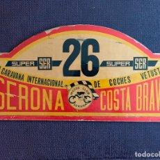 Coches y Motocicletas: PLACA MADERA Nº 26 DE LA VIII CARAVANA INTERNACIONAL DE COCHES VETUSTOS - MOTOR CLUB GERONA 1971. Lote 165853966