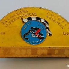 Coches y Motocicletas: PLACA INSÍGNIA XI CARAVANA INT. COCHES VETUSTOS. 1974. MOTOR CLUB GERONA. Lote 166298134