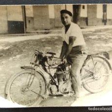 Coches y Motocicletas: PEQUEÑA FOTOGRAFÍA AÑO 1929 DE UN HOMBRE CON UNA MOTOCICLETA - 5,8 X 5 CM - BUEN ESTADO. Lote 169960892
