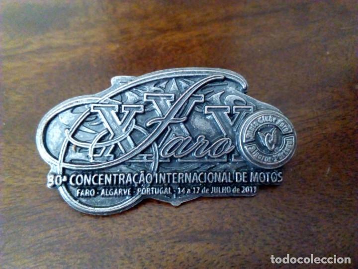 INSIGNIA 30ª CONCENTRACIÓN MOTERA DE FARO, AÑO 2011. (Coches y Motocicletas Antiguas y Clásicas - Catálogos, Publicidad y Libros de mecánica)