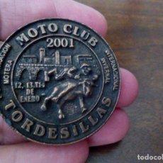 Coches y Motocicletas: INSIGNIA MOTO CLUB TORDESILLAS, 1ª CONCENTRACIÓN MOTERA, AÑO 2001. MOTOCICLISMO.. Lote 173678939