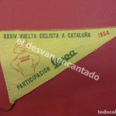 Coches y Motocicletas: VUELTA CICLISTA A CATALUÑA. AÑO 1954. PARTICIPACIÓN VESPA. BANDERÍN ORIGINAL. Lote 180287297