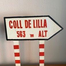 Coches y Motocicletas: SEÑAL TRAFICO MADERA COLL DE LILLA TARRAGONA IX DINAR REUSENC D´HIVERN 1969. Lote 182858901