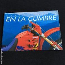 Coches y Motocicletas: FOLLETO CATALOGO PUBLICIDAD ORIGINAL DERBI SENDA-R EN LA CUMBRE . Lote 195255748
