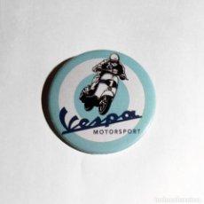 Coches y Motocicletas: VESPA - CHAPA 59MM (CON IMPERDIBLE). Lote 212429916