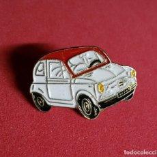Coches y Motocicletas: PIN ESMALTADO SEAT 600 BLANCO Y ROJO. Lote 215227587