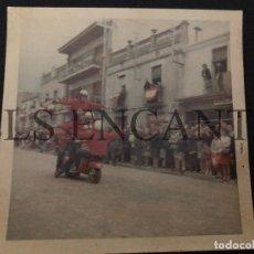 Coches y Motocicletas: FOTOGRAFIA ORIGNAL VESPA ACROBACIAS CON VESPA MIDE 10 X 10 CMTS. Lote 221539100
