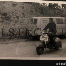Coches y Motocicletas: FOTOGRAFIA ORIGNAL VESPA GYMKANA CON VESPA MIDE 10 X 13 CMTS. Lote 221539258
