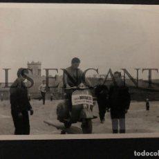 Coches y Motocicletas: FOTOGRAFIA ORIGNAL VESPA GYMKANA CON VESPA MIDE 10 X 13 CMTS. Lote 221539332