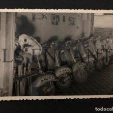 Coches y Motocicletas: FOTOGRAFIA ORIGNAL VESPA CONCESIONARIO VESPA MIDE 10 X 13 CMTS. Lote 221539758