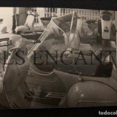 Coches y Motocicletas: FOTOGRAFIA ORIGNAL VESPA SIDECAR CONCESIONARIO VESPA GRANOLLERS MIDE 12 X 8 CMTS. Lote 221540555