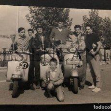 Coches y Motocicletas: FOTOGRAFIA ORIGNAL VESPA CLUB VESPA GRANOLLERS MIDE 11 X 8 CMTS. Lote 221540692