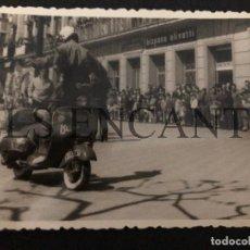 Coches y Motocicletas: FOTOGRAFIA ORIGNAL VESPA ACROBACIAS CLUB VESPA HOSPITALET MIDE 10 X 8 CMTS. Lote 221541392