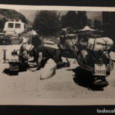 Coches y Motocicletas: FOTOGRAFIA ORIGNAL VESPA REPARANDO VESPAS TARRAGONA MIDE 10 X 8 CMTS. Lote 221541540