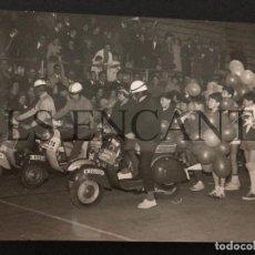 Coches y Motocicletas: FOTOGRAFIA ORIGNAL VESPA CABALTA REYES GRANOLLERS MIDE 13 X 10 CMTS. Lote 221541637