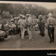 Coches y Motocicletas: FOTOGRAFIA ORIGNAL VESPA CONCENTRACIO VESPAS MIDE 10 X 8 CMTS. Lote 221541795