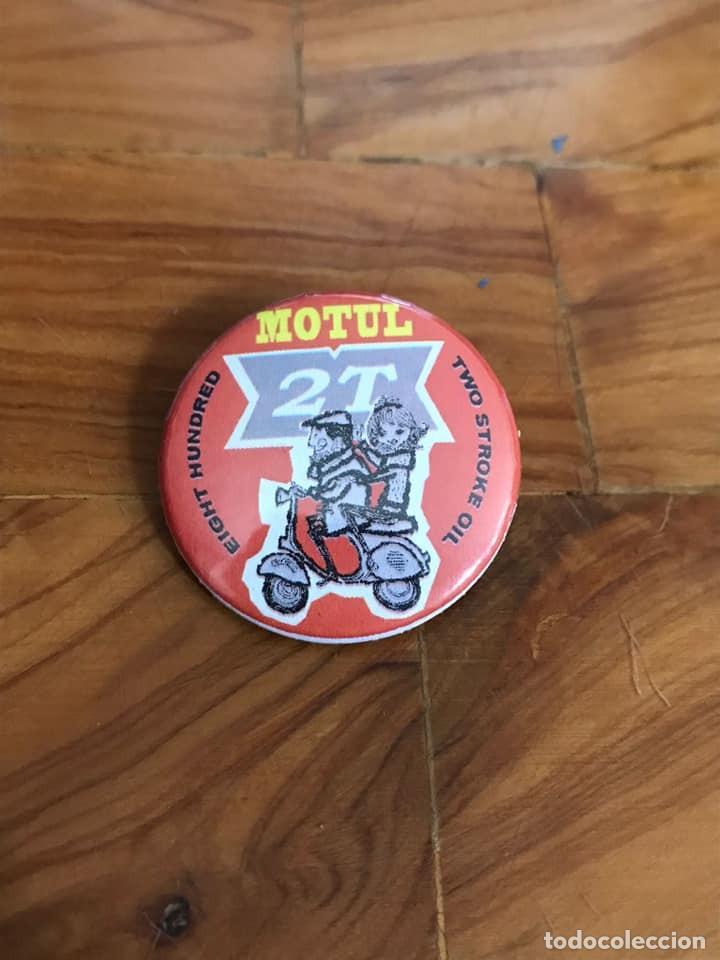 CHAPA - MOTUL 2T VESPA LAMBRETTA - 38 MMS. Ø - CON IMPERDIBLE (Coches y Motocicletas Antiguas y Clásicas - Catálogos, Publicidad y Libros de mecánica)